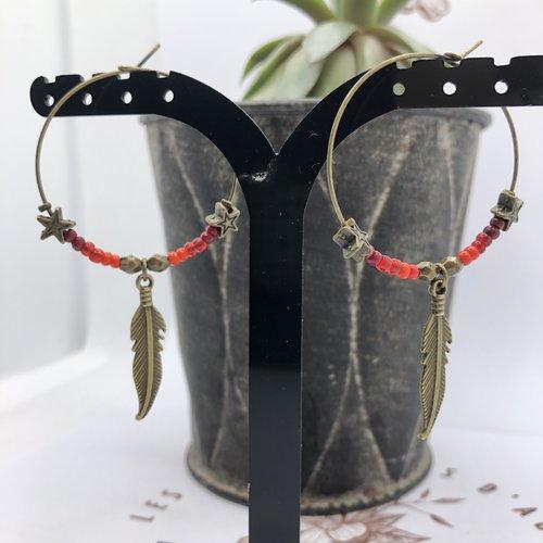 Boucle d'oreille créole bronze breloque plume, perles rocaille bordeaux rouge orangé et petites étoiles