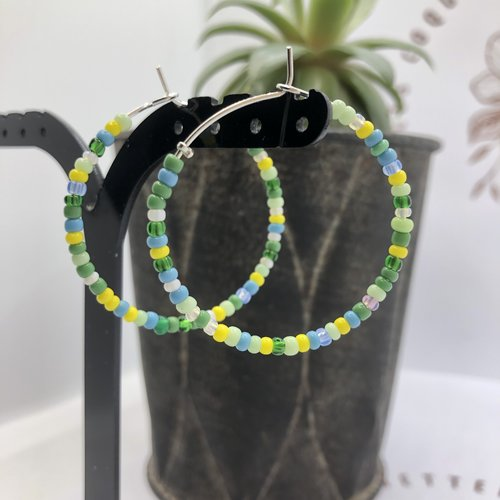 Boucle d'oreille créole aregnté à perles rocailles en verre camaieu de jaune vert ou de bleu vert avec estampe ananas