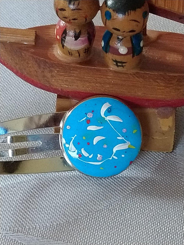 Barrette bleu caraïbes et motifs blancs