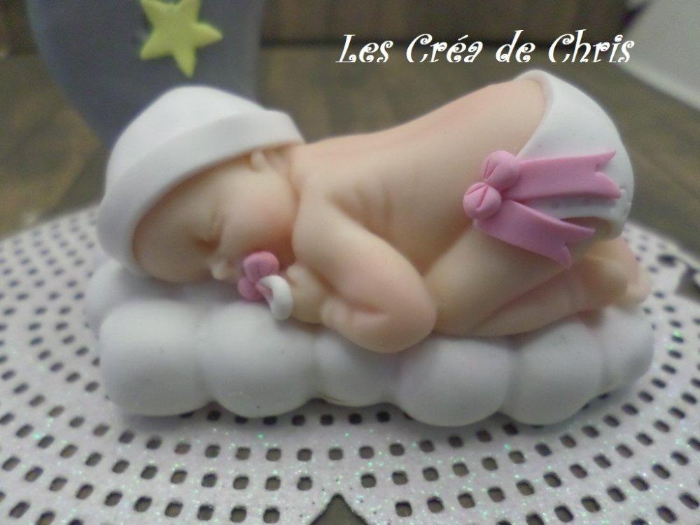 centre de table décoration bébé endormi sur son nuage, sa lune et ses étoiles en fimo.