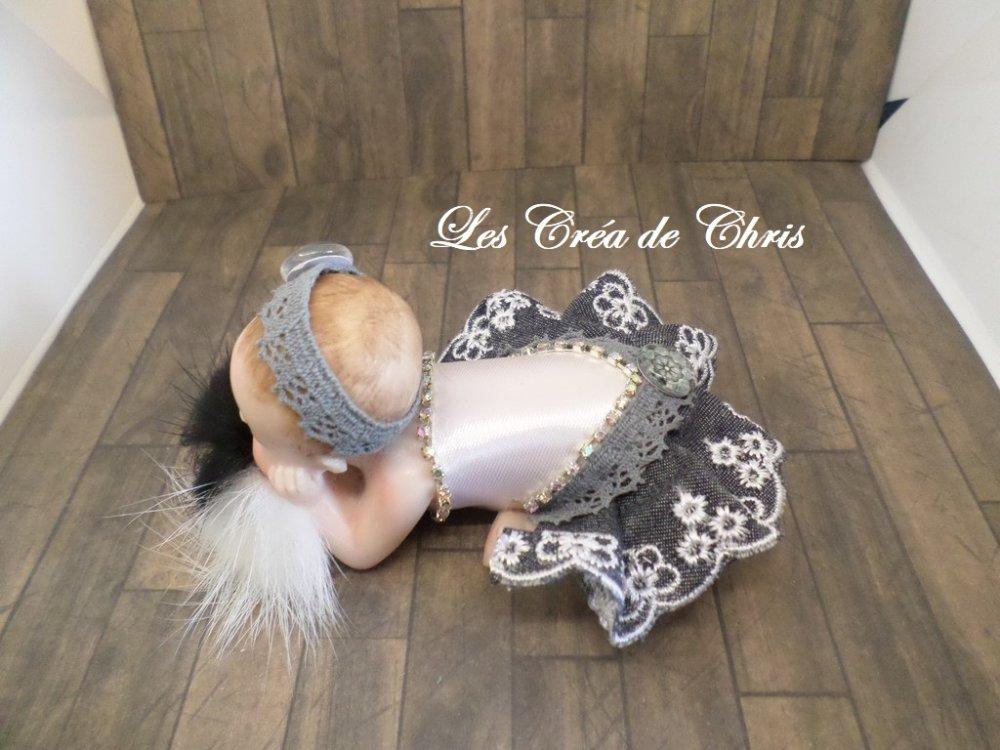 totalement inédit bébé habillé en tissu endormi sur son oreiller de plumes.