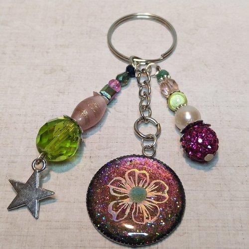 Bijou de sac en résine transparente avec hibiscus irisé et perles en cristal de bohème et verre