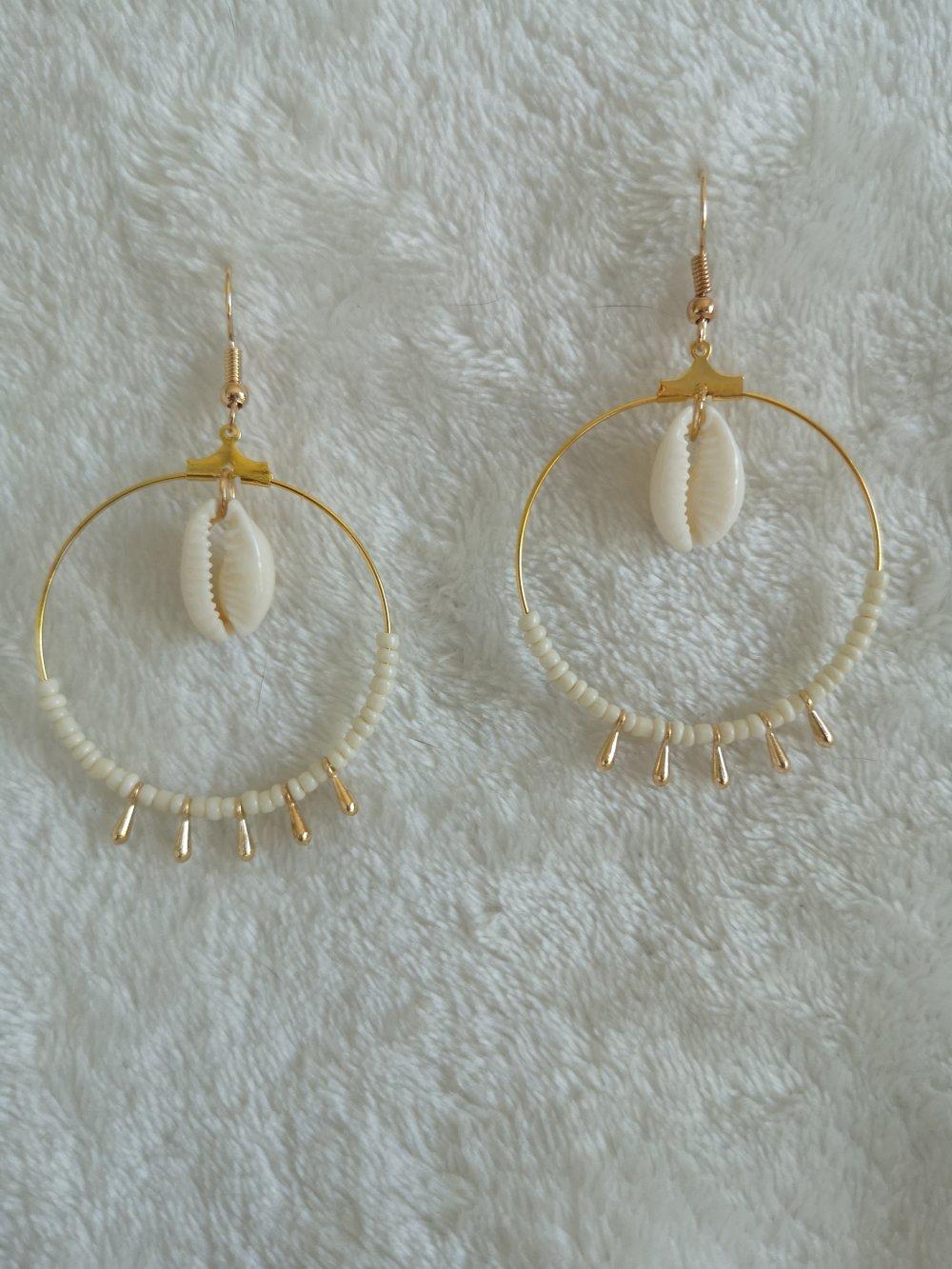 Boucle d'oreilles pendantes pompons et coquillage cauri