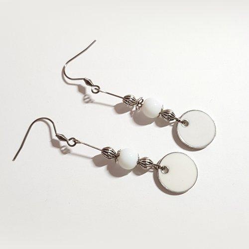 Boucle d'oreille pendante avec rond émaillé blanc, perles en verre, tige, crochet en métal acier inoxydable argenté