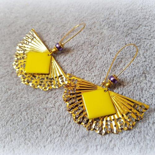Boucle d'oreille éventail, carré émaillé jaune, crochet, métal doré