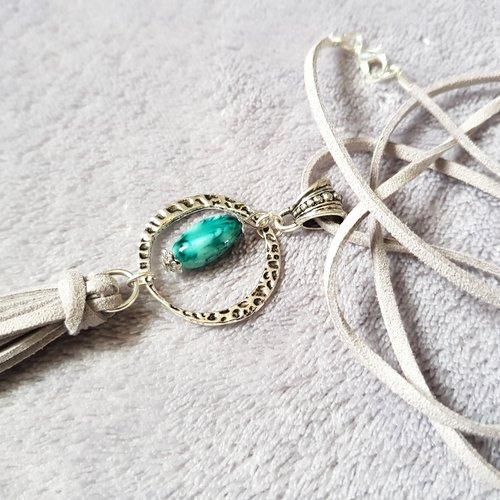 Collier sautoir en suédine gris, perles en verre ovale, connecteur rond, bélière triangle, pompon, fermoir mousqueton en métal argenté