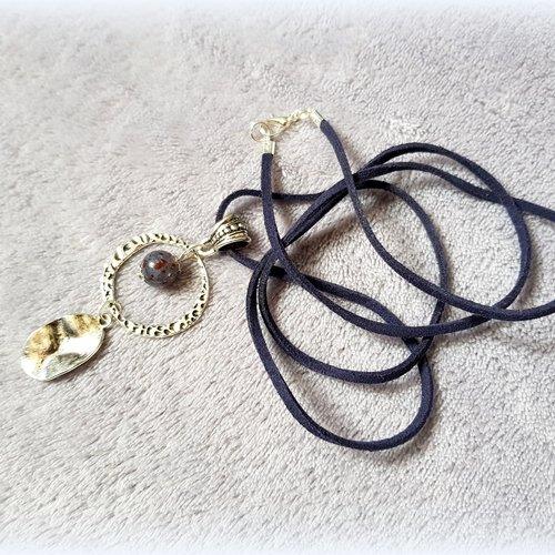 Collier sautoir en suédine bleu foncé, perles en verre, connecteur rond, bélière triangle, fermoir mousqueton en métal argenté