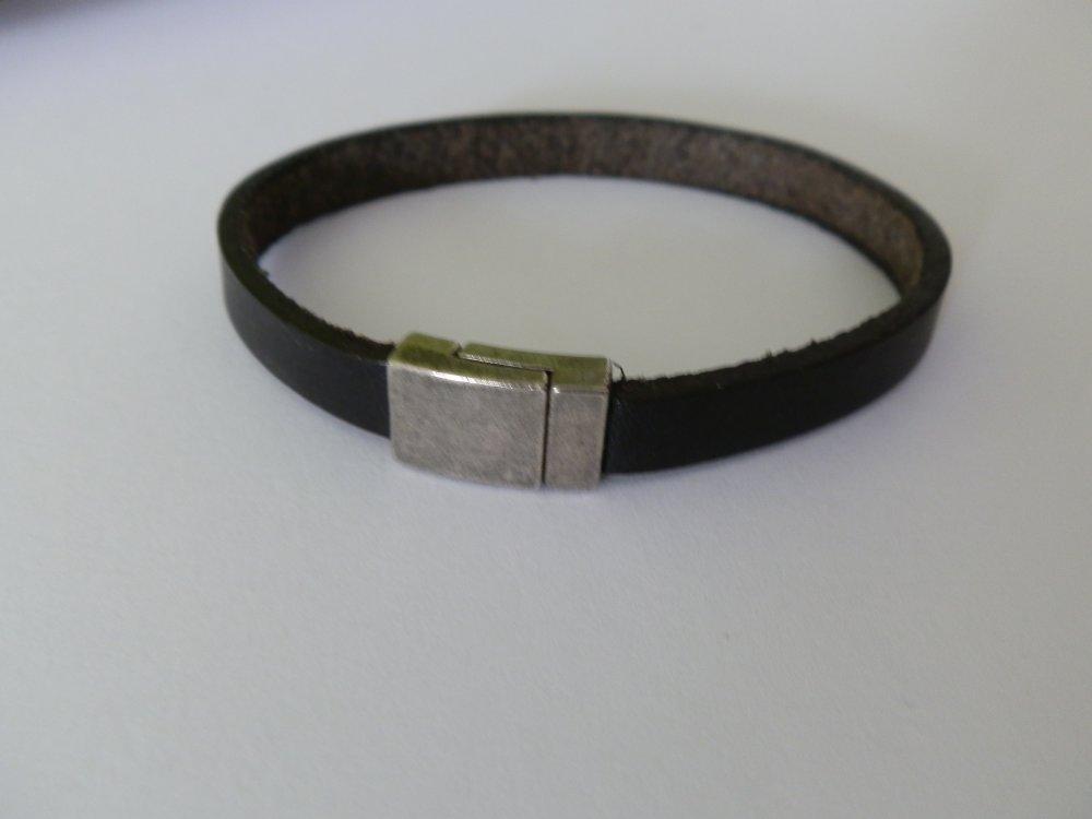 bracelet simple en cuir noir et fermoirs en métal argenté