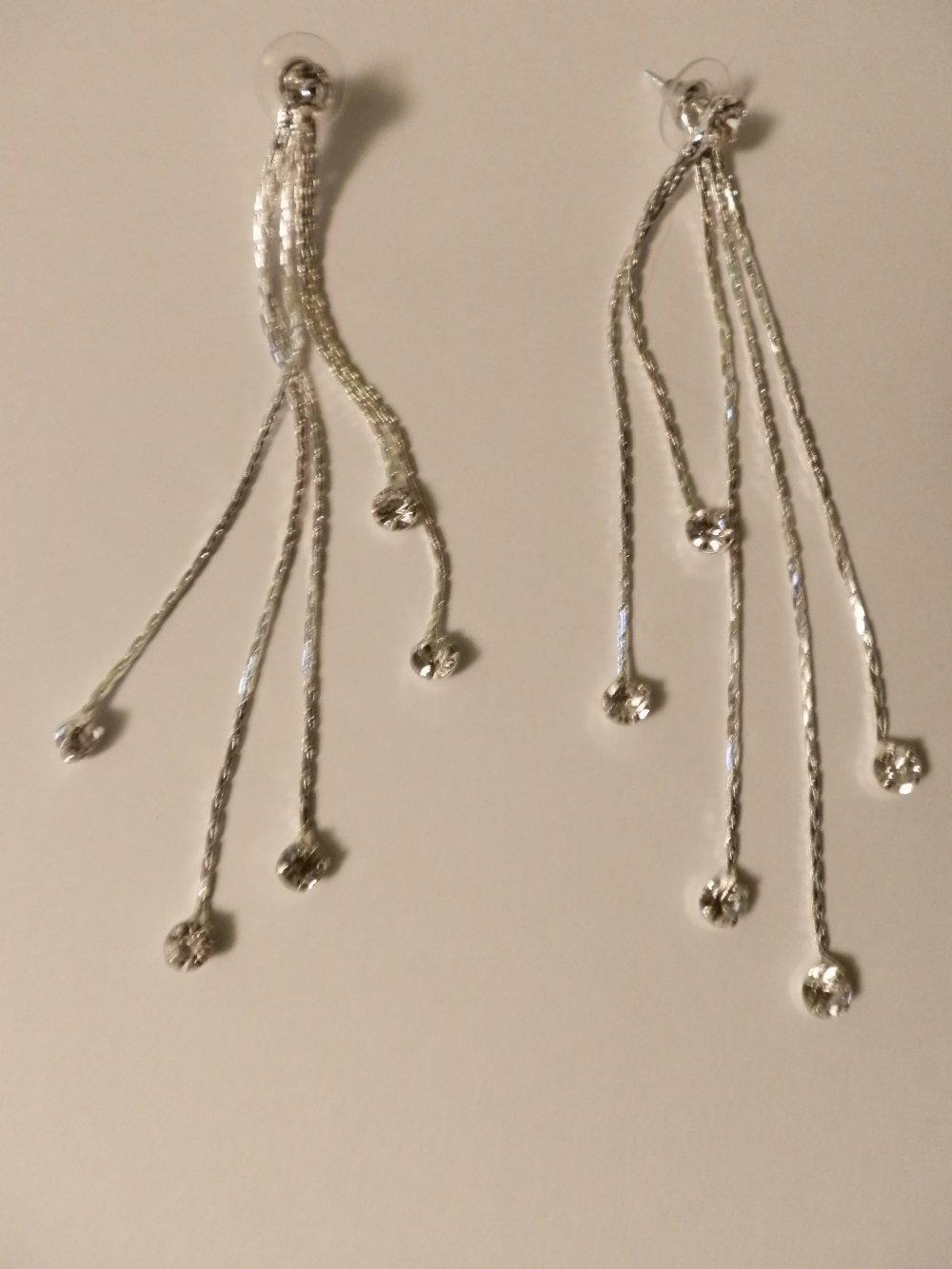 boucles d'oreilles pendantes métal argentées percées