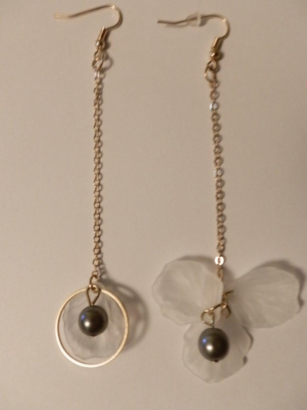 boucles d'oreilles pendantes métal dorées percées