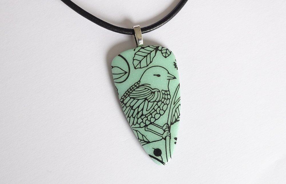 Collier avec pendentif ton vert nacré motif sérigraphie oiseau en  pâte polymère fimo