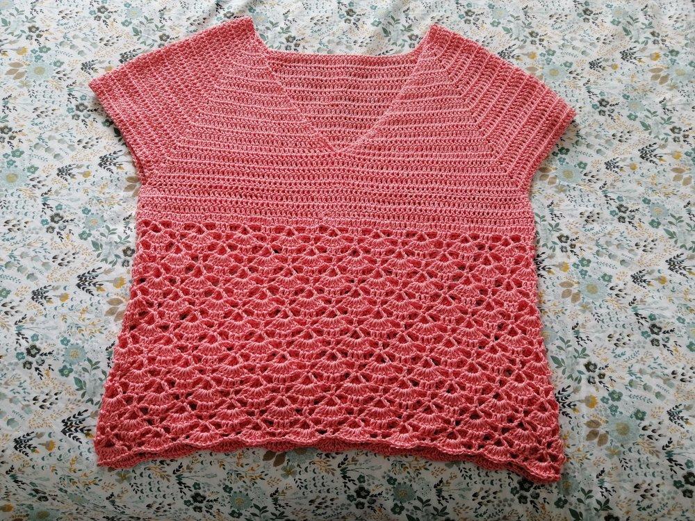 Magnifique blouse ou tunique col V au crochet ton saumon