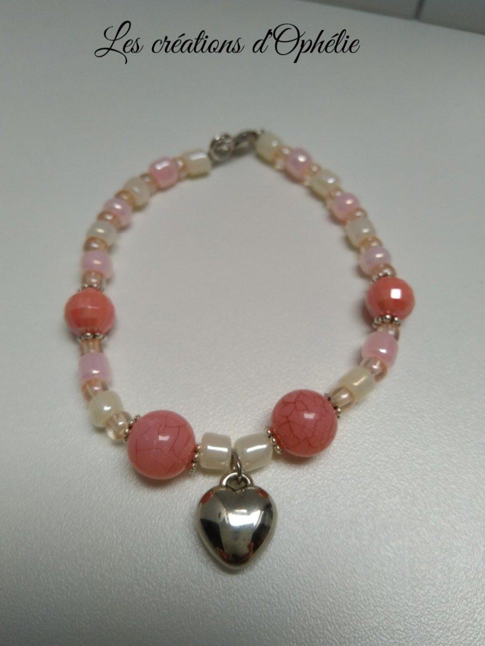 Bracelet en perles saumon.