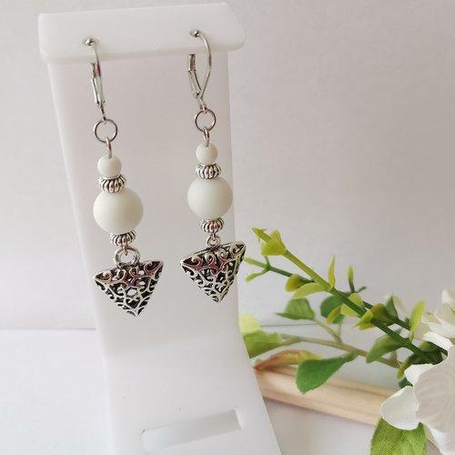 Boucles d'oreilles pendentif argent mat et perles en verre blanche