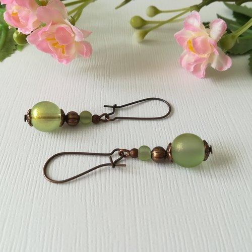Boucles d'oreilles apprêts cuivre et perles en verre verte brillante