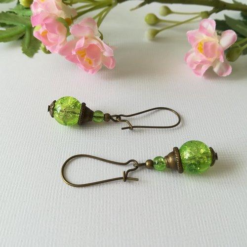 Boucles d'oreilles apprêts bronze et perles en verre craquelé verte