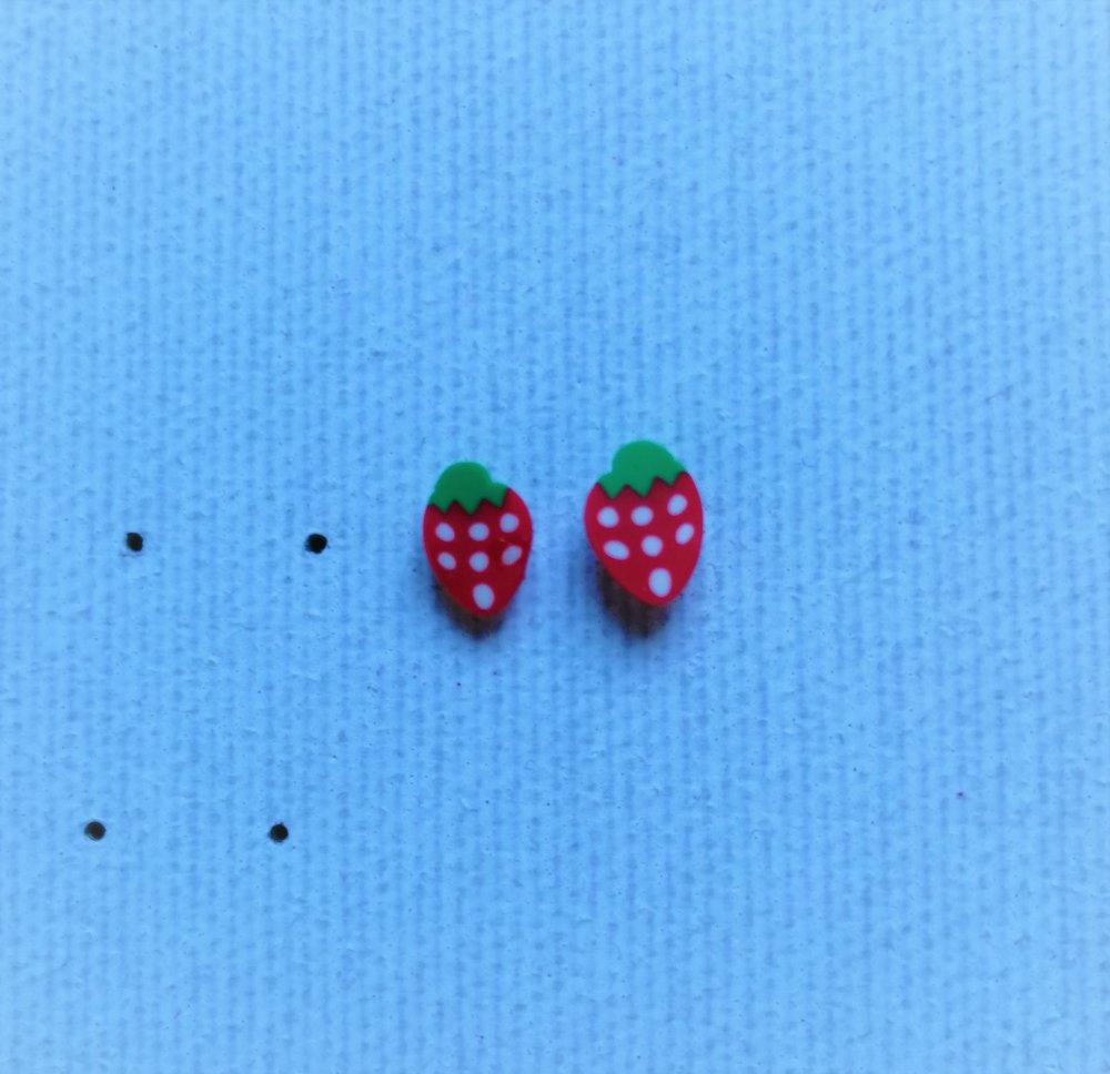Boucle d'oreille puce fraise