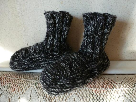 confortable chausson d'interieur montant   modèle unique  celui ci gris et noir pointure du 38 au 45 et plus