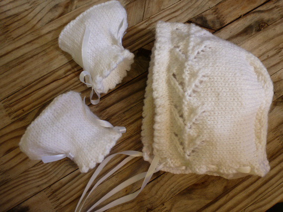bonnet béguin blanc  et ses chaussons assortis, bébé 1/3 mois, un ensemble réalisé avec une douce laine
