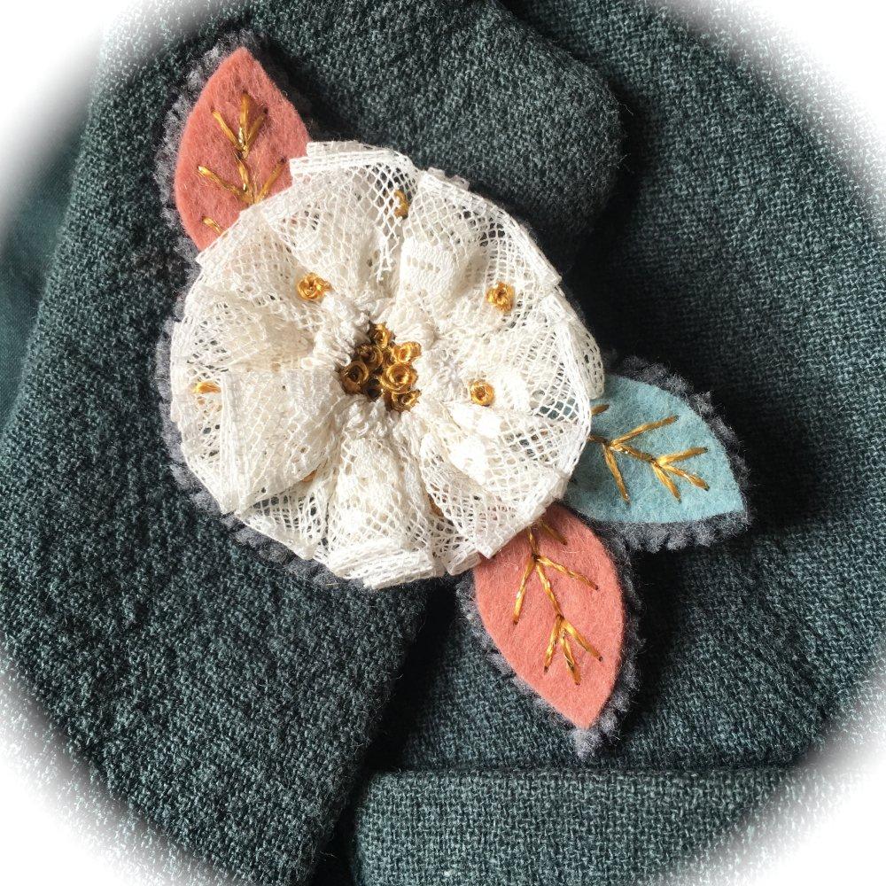 Broche brodée Fleur dentelle
