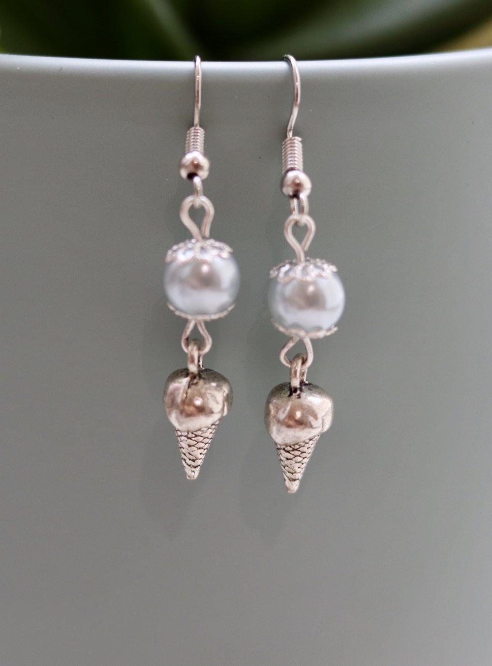 Perles nacrées avec une breloque