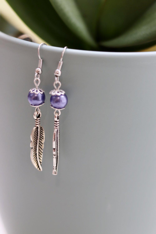Perles nacrées violettes avec une breloque