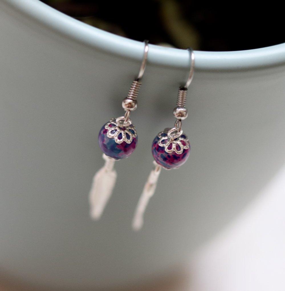 Perles en verres tachetées avec une breloque