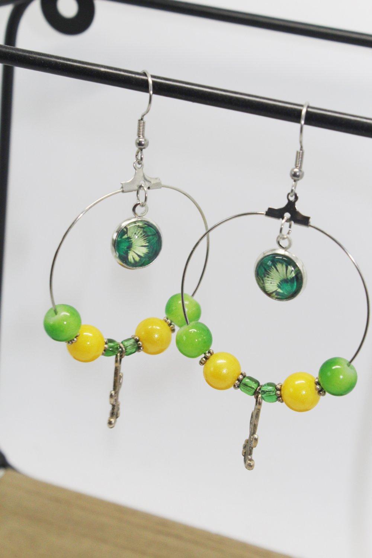 Boucles d'oreilles créoles cabochon motif feuillage, colori jaune et vert