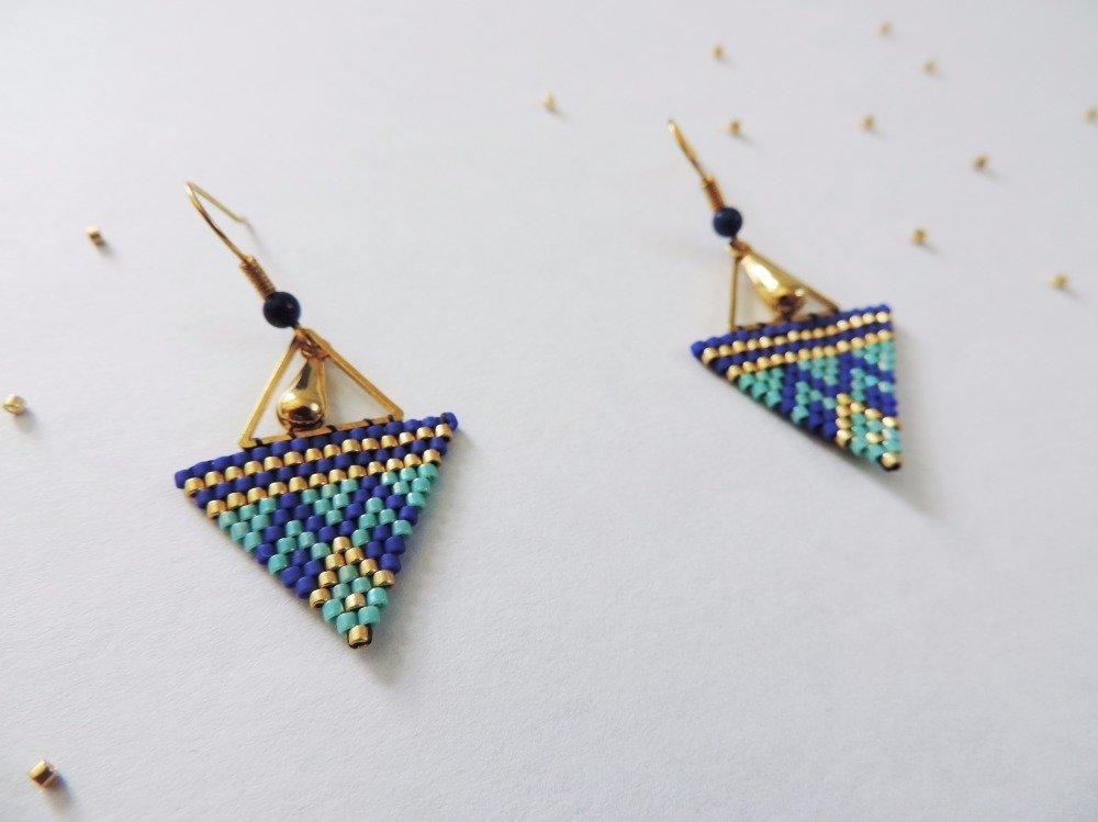 Boucles d'oreilles tissées bleu foncé, bleu clair et doré triangle (FAIT MAIN)
