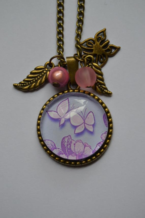 """Collier """"deux papillons"""" avec un  cabochon en verre agrémenté de perles"""