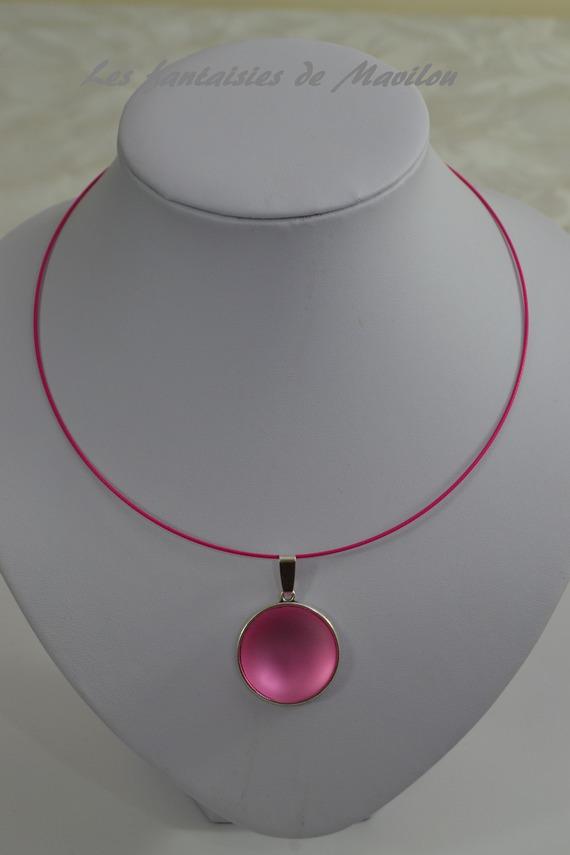Collier ras du cou de couleur rose agrémenté d'un cabochon rose clair givré