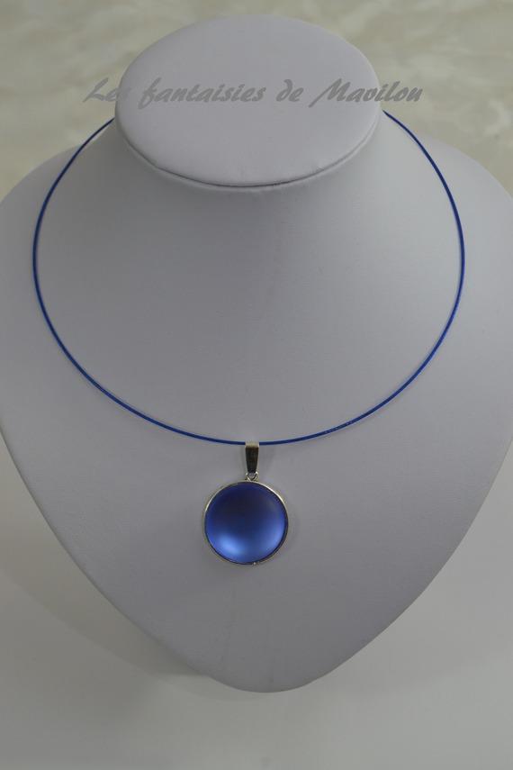 Collier ras de cou de couleur bleu agrémenté d'un cabochon bleu foncé givré