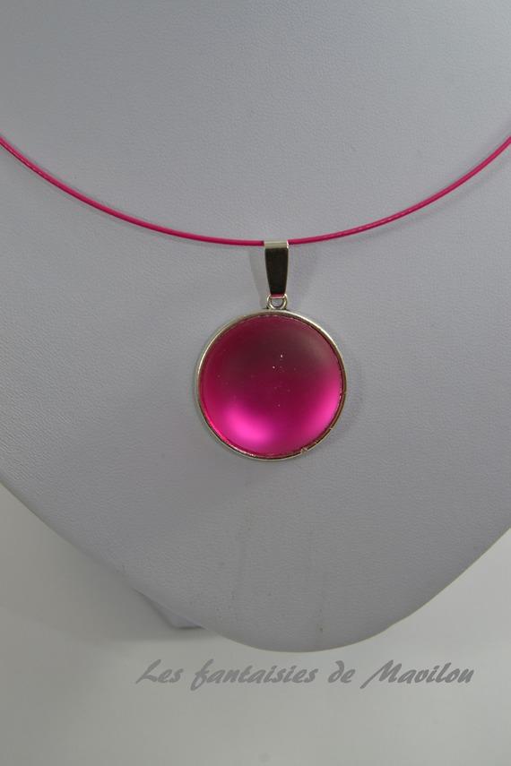 Collier ras du cou de couleur rose agrémenté d'un cabochon rose foncé givré