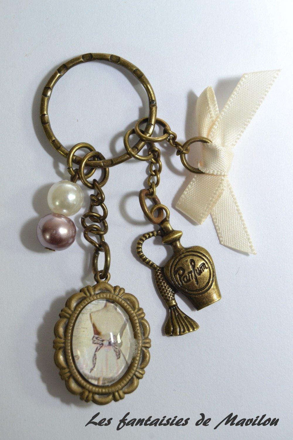 """Porte-clés """"Robe Vintage"""" en bronze de couleur écru et marron clair"""