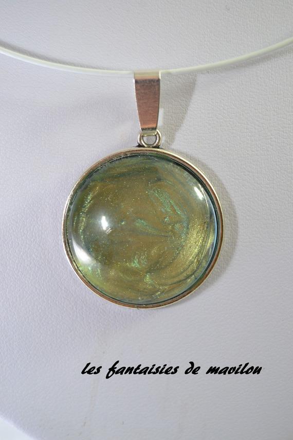Collier ras du cou avec un cabochon en verre