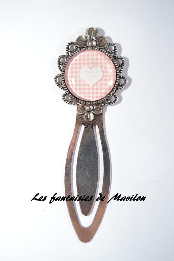Marque-pages en métal argenté vieilli de couleur rose  et blanc, au motif vichy