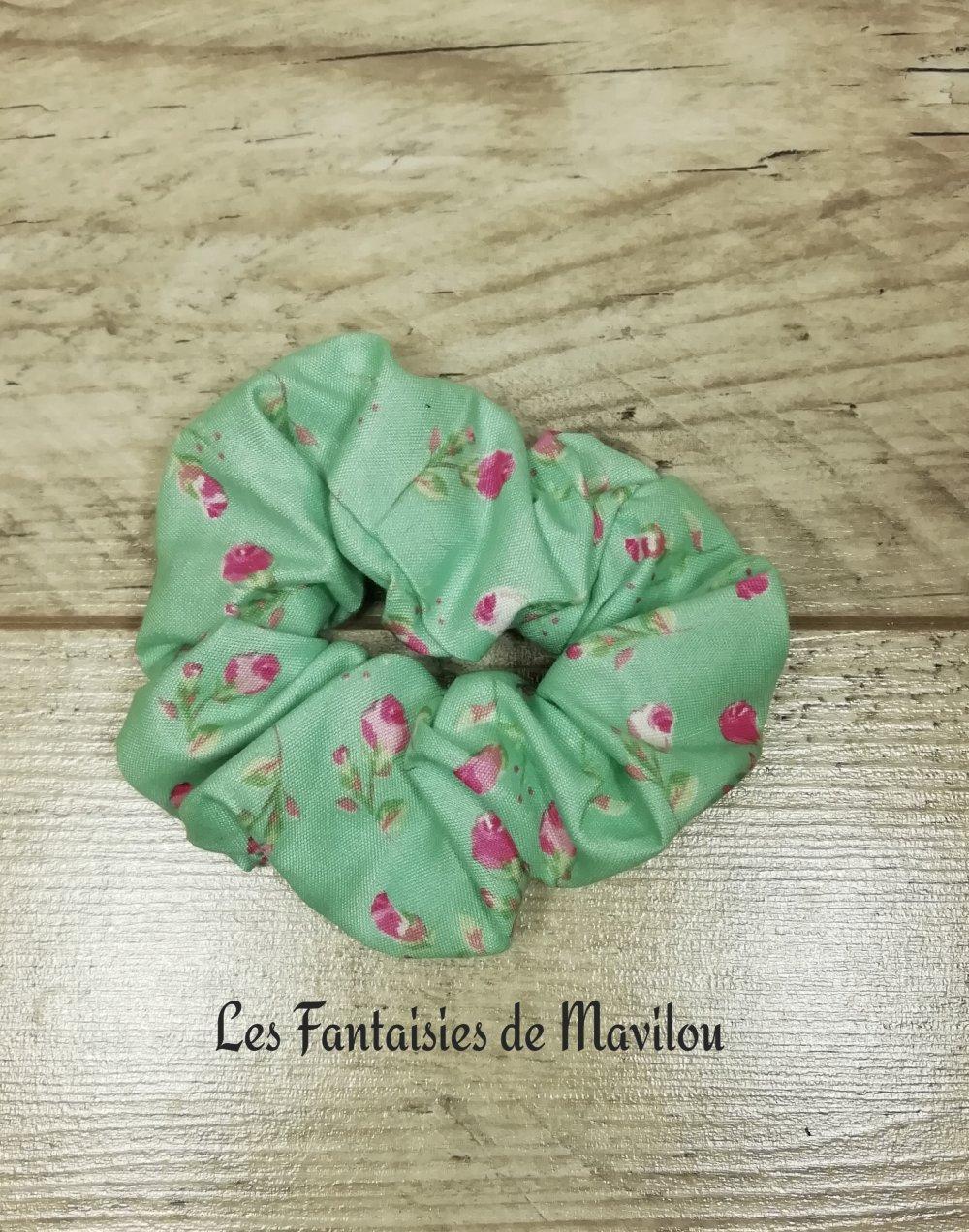 Chouchou vert avec des fleurs roses