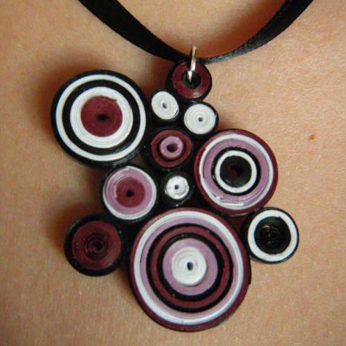 Pendentif en quilling de couleur violet, prune, blanc et noir avec lien en satin noir