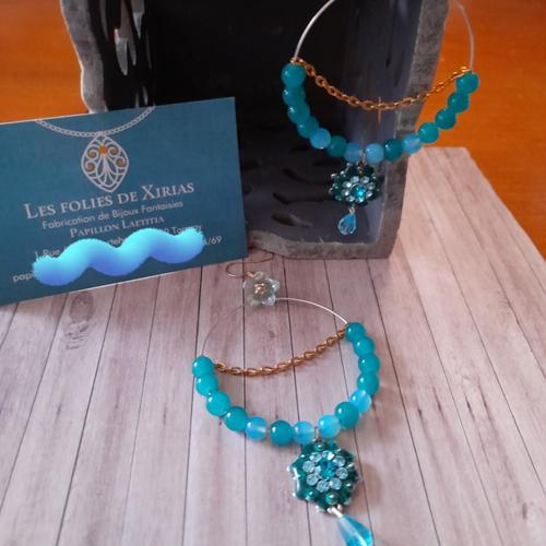Boucles d'oreilles créoles avec perles en verre vert émeraude et bleu ciel et des fleurs.