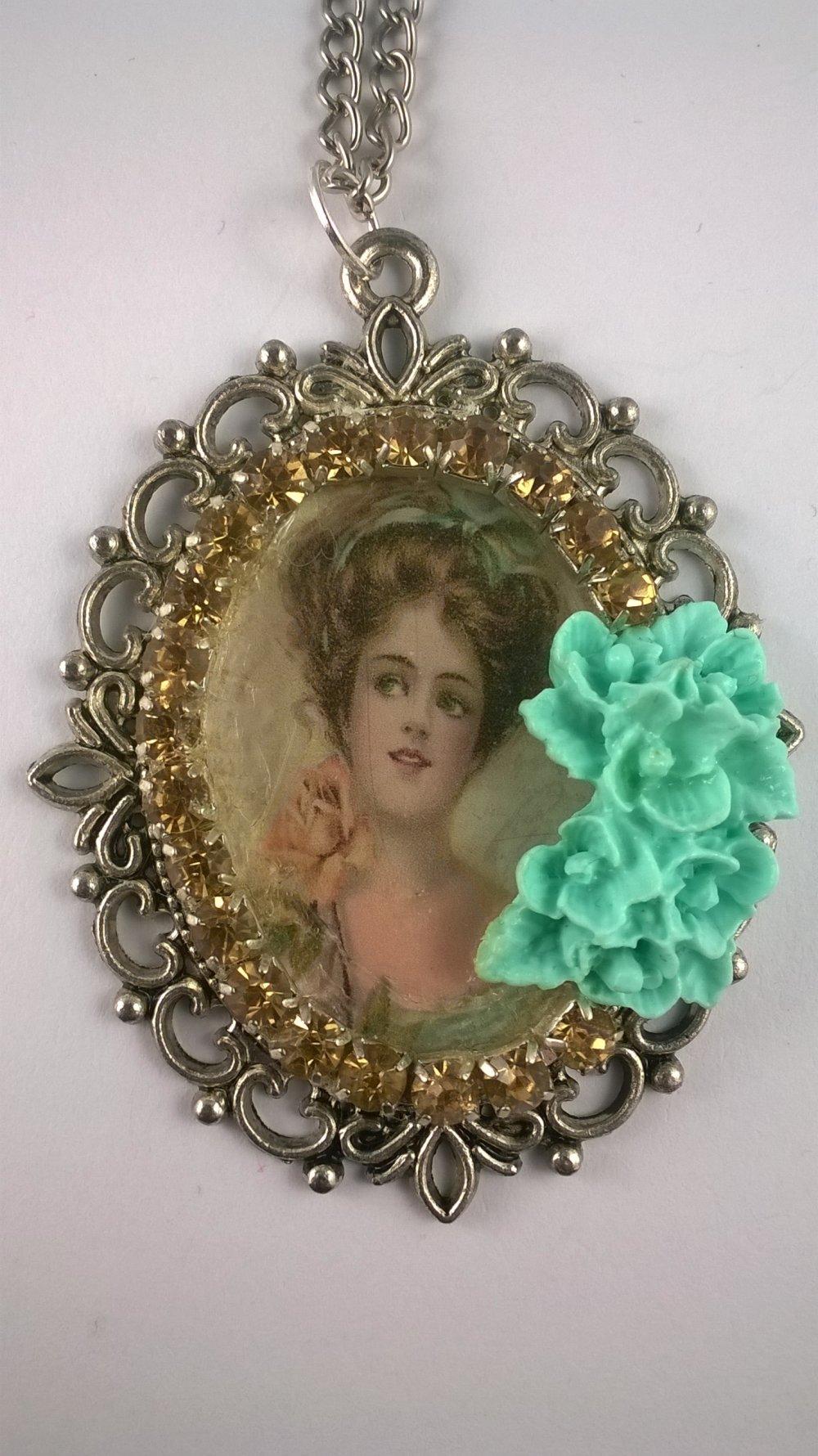 Collier femme pendentif cabochon romantique LA FEMME A LA ROSE JAUNE
