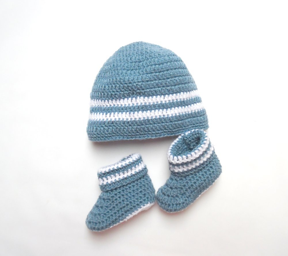 Cadeau naissance bonnet et chaussons bleus et blancs