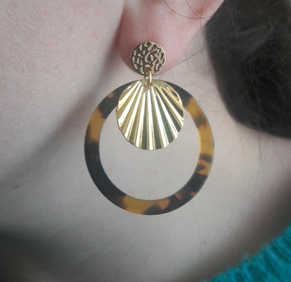 Boucles d'oreilles cercle en acétate écaille de tortue marron noir et coquillage doré