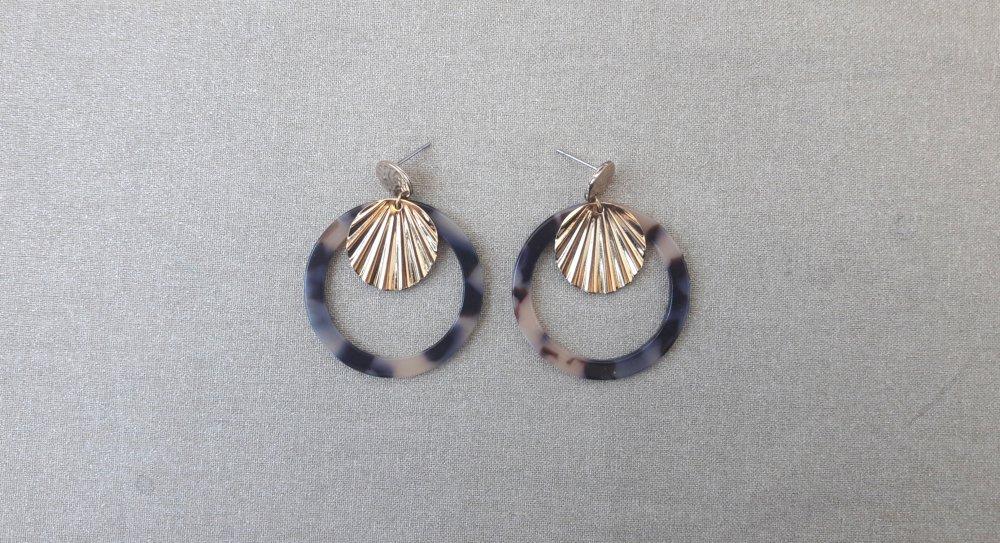 Boucles d'oreilles cercle en acétate écaille de tortue beige noir et coquillage doré