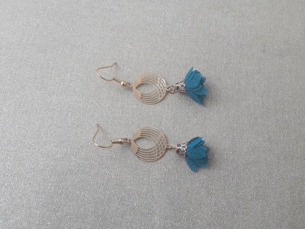 Boucles d'oreilles estampes rondes intercalaires doré et pompon tissu bleu petrole