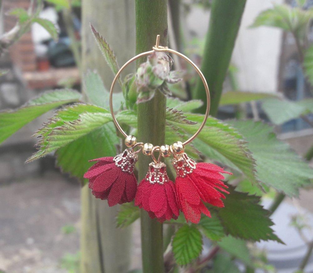Boucles d'oreilles créoles doré acier inox trio pompons bordeaux, rouge foncé et rouge
