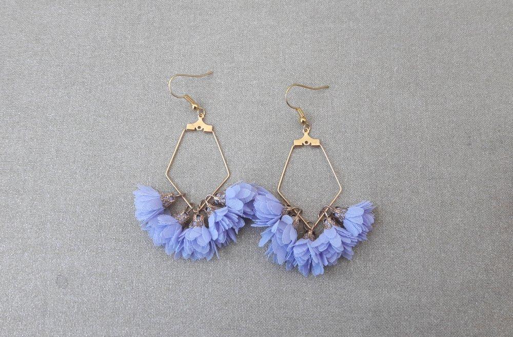 Boucles d'oreilles support en forme de polygone doré pompons fleurs en tissu lavande