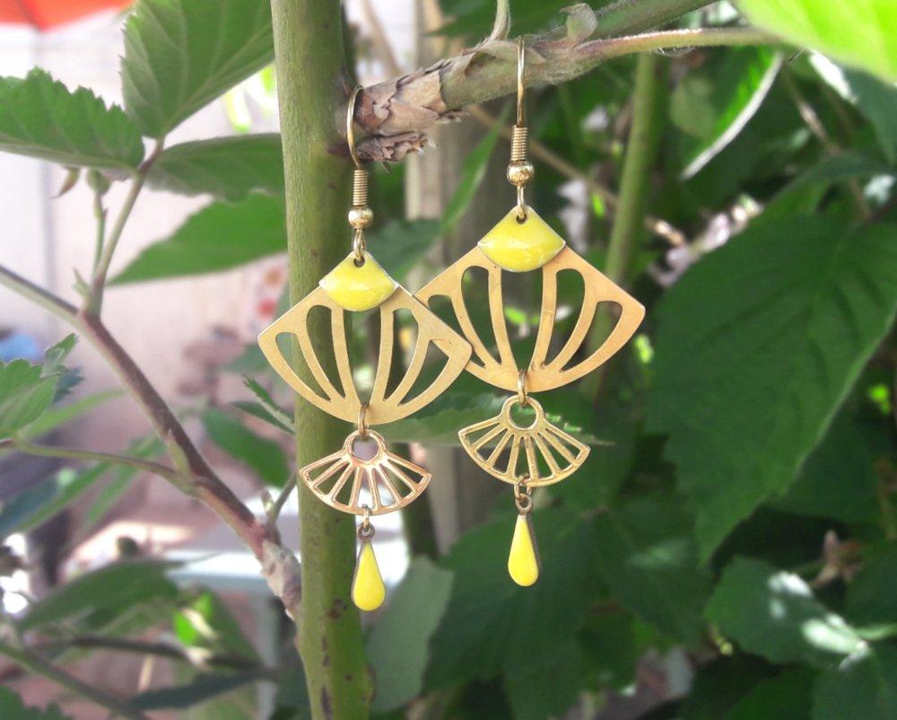 Boucles d'oreilles breloques en laiton doré et émaillées jaunes