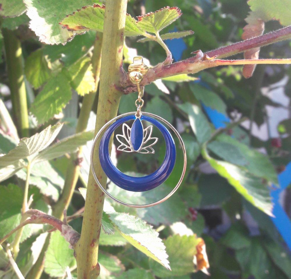 Boucles d'oreilles créoles émaillées lotus bleu nuit