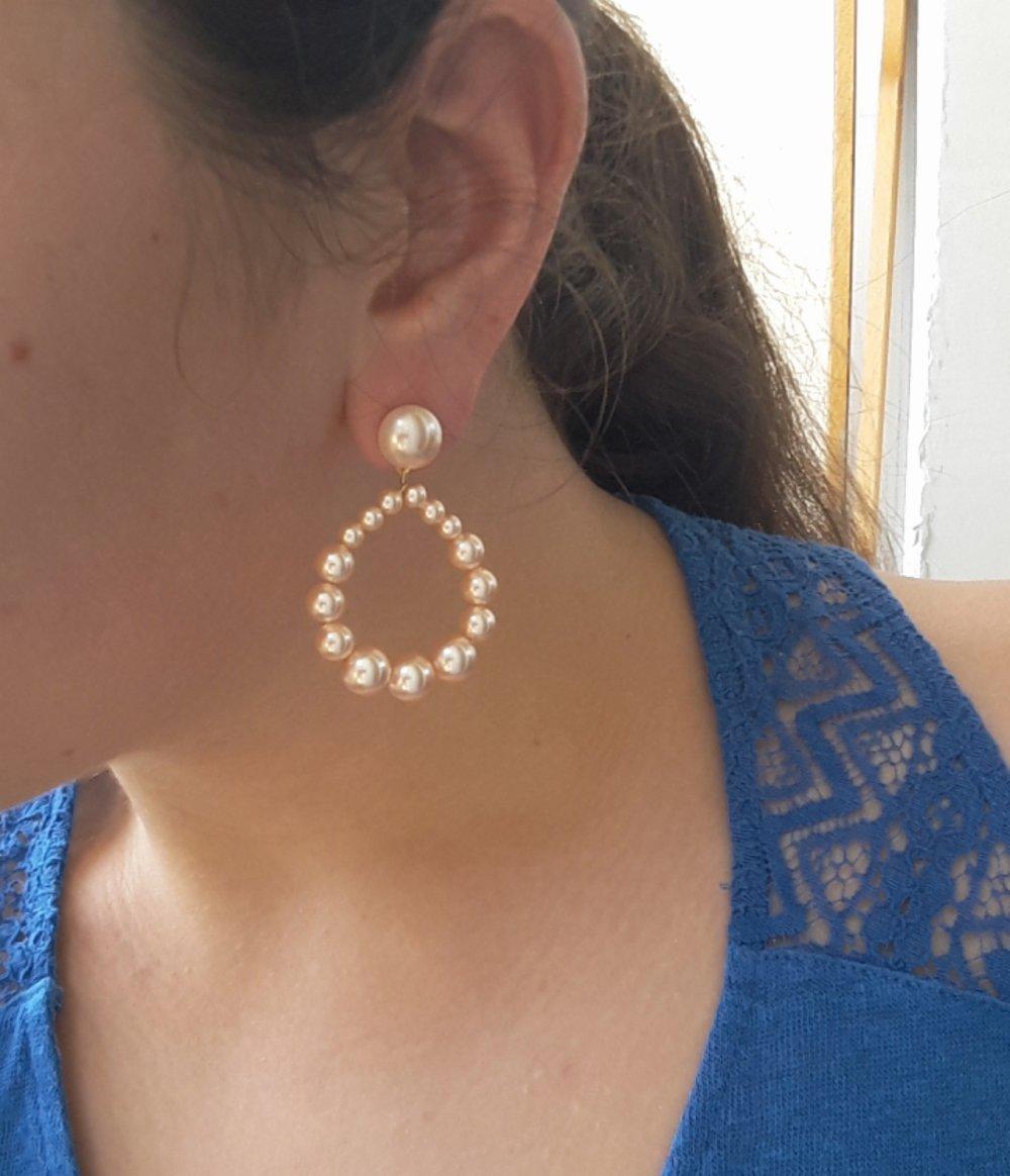 Boucles d'oreilles créoles perles nacrées couleur pêche nacrée brillantes - esprit vintage