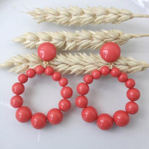 Boucles d'oreilles (petit modèle) créoles perles rouge corail en résine - esprit vintage